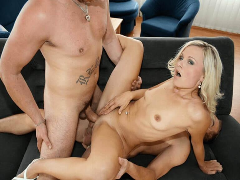 Versaute Blondine beim Doppelanal Fick auf der Couch